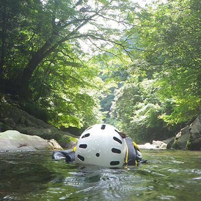川の流れに身を任せながら、穏やかな木漏れ日に触れるとついウトウト