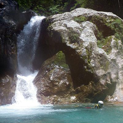大きな滝の水圧に押されて流れたりもできますよ