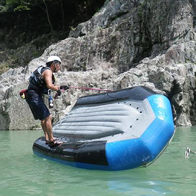 ラフトボートがひっくり返ってもガイドがちょいと直しますよ