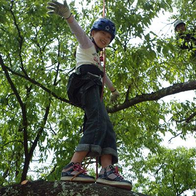 小さな女の子だって、慣れればロープから手を離して枝に立てちゃいますよ