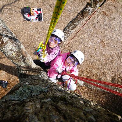 小学生もロープをすいすい登って行きます