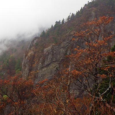霧に煙る大蛇倉からの風景は圧巻です